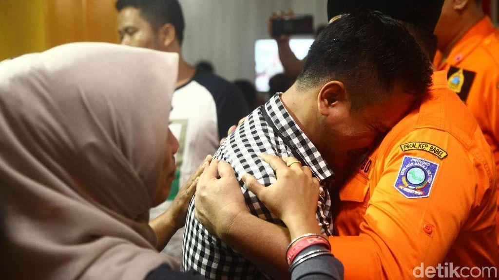 Keluarga Penumpang Lion Air Menangis di Pelukan Gubernur Babel