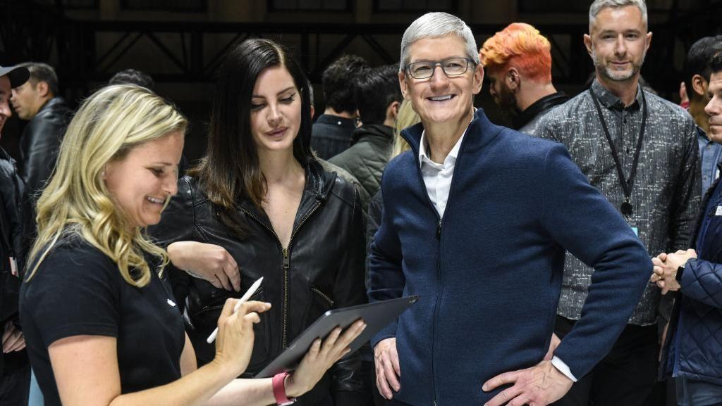 Senyum Lebar CEO Apple Rilis MacBook Air dan iPad Anyar