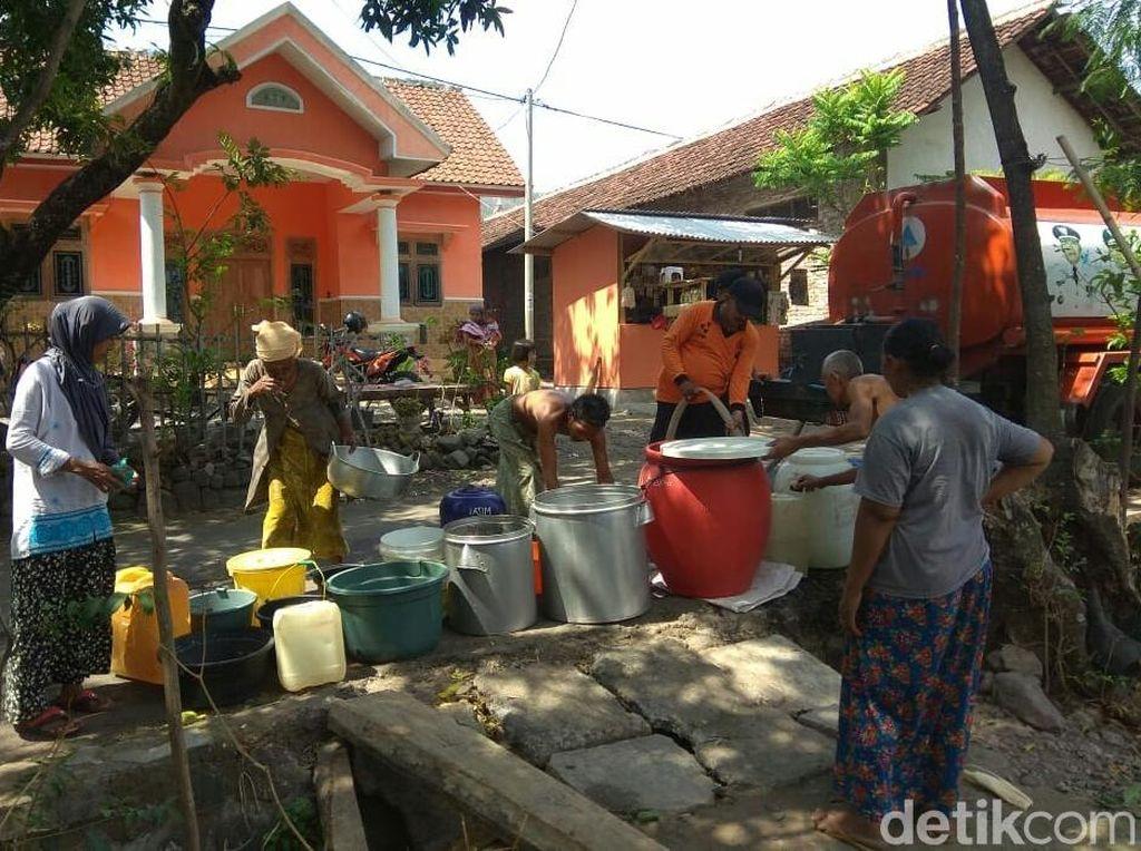 Masih Kekeringan, Distribusi Air Bersih di Situbondo Diperpanjang