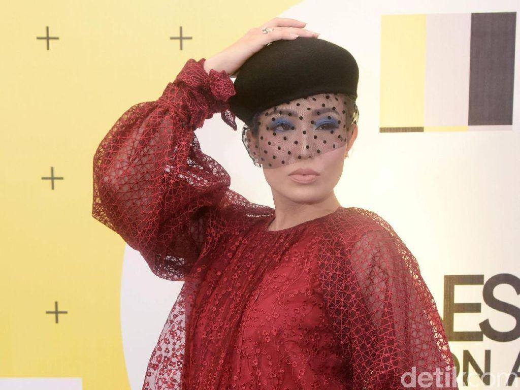 Ayu Dewi Rayu Suami Bikin Vlog, Ribetnya Kayak Syuting Film
