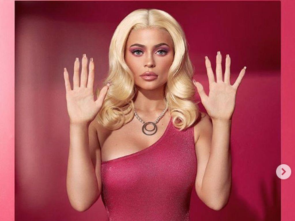 Kylie Jenner Jadi Barbie, Life In Plastic Its Fantastic