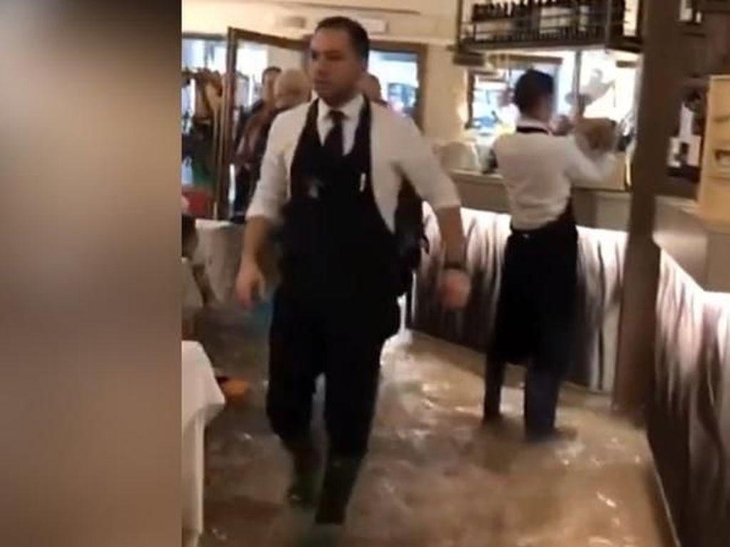 Kena Banjir Terburuk Venesia, Restoran Ini Tetap Buka Seperti Biasa