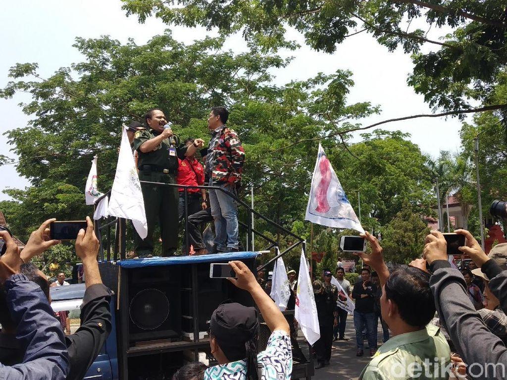 Euforia Masyarakat dan PNS Usai KPK Tangkap Bupati Cirebon