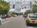 Petugas Tertibkan APK yang Terpasang di Jalan Protokol Ciamis