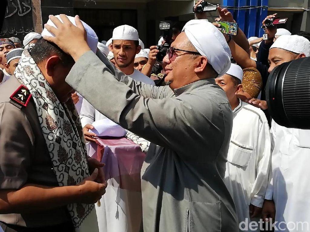 Berkunjung ke Pasuruan, Kapolda Jatim Dikalungi Sorban dan Kopiah