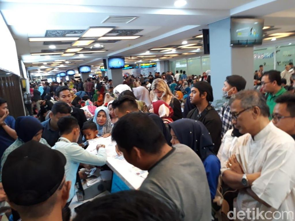 Delay 9 Jam, Penumpang Lion Air Padang Terbang Pakai Pesawat Lain