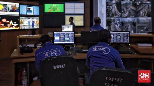 Petugas TMC memantau kendaraan di ruang kontrol Ditlantas Polda Metro Jaya, Jakarta(1/11). Penerapan  tilang elektronik atau electronic traffic law enforcment (ETLE) berlaku mulai hari ini tanggal 1 November 2018. ( CNN Indonesia/ Hesti Rika)