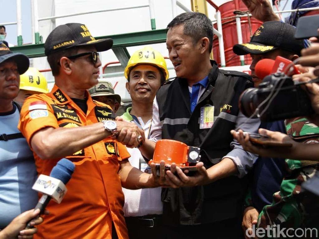 Momen Basarnas Serahkan Black Box Lion Air ke KNKT