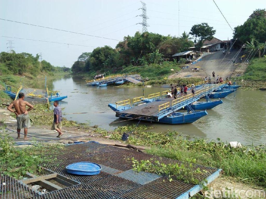 Diterjang Eceng Gondok, Jembatan Apung di Karawang Putus