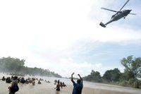 Helikopter polisi Meksiko terbang di atas para imigran yang hendak menuju AS yang tengah menyeberangi Sungai Suchiate yang jadi perbatasan Guatemala dan Meksiko