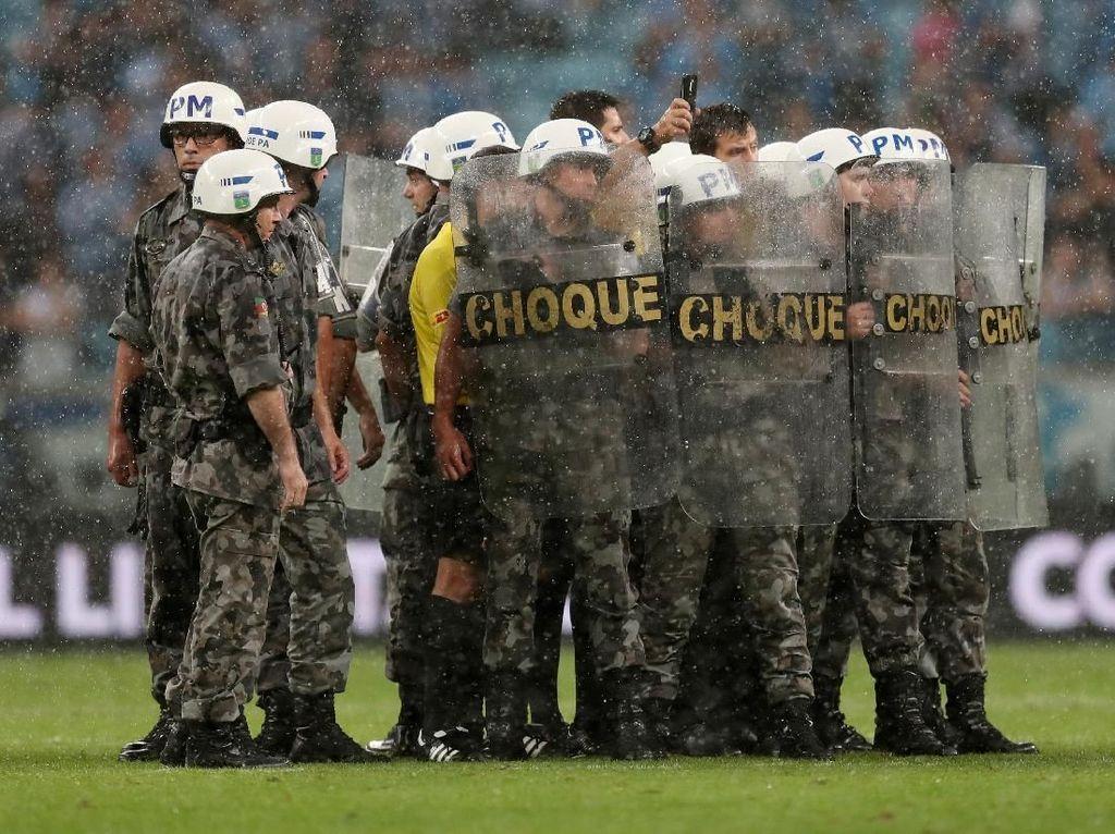Pertandingan Usai, Polisi Bertameng Bentuk Barikade Amankan Wasit