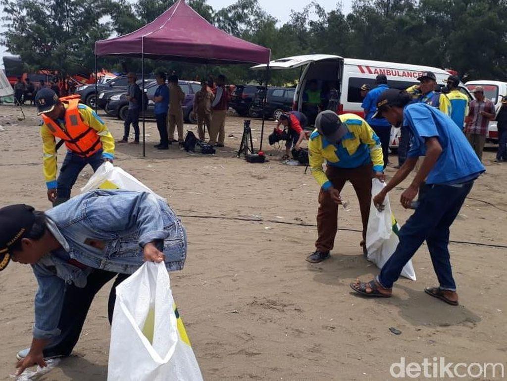 Evakuasi Lion Air, Volume Sampah di Pantai Tanjungpakis Meningkat