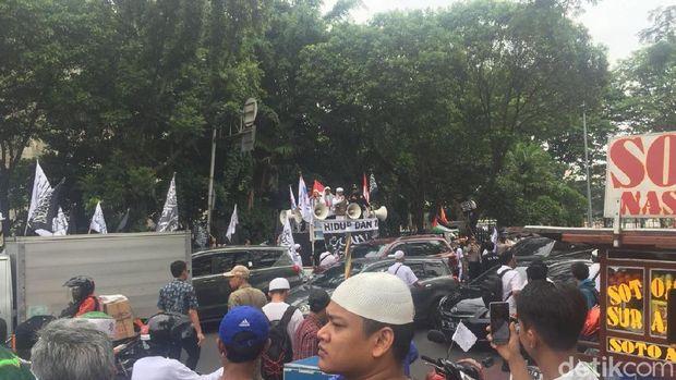Massa Aksi Bela Tauhid atau Aksi 211 mulai bergerak meninggalkan Masjid Istiqlal Jakarta.