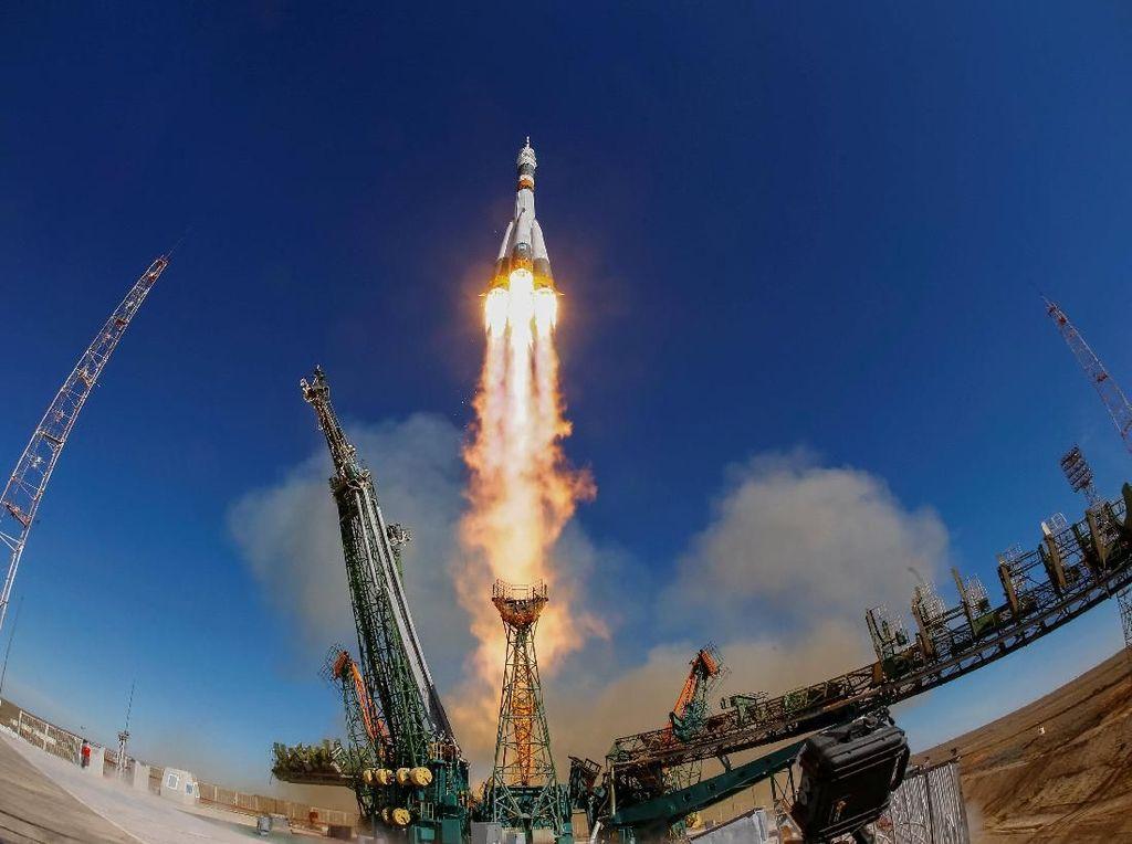 Keren! Peluncuran Roket Soyuz Dilihat dari Luar Angkasa