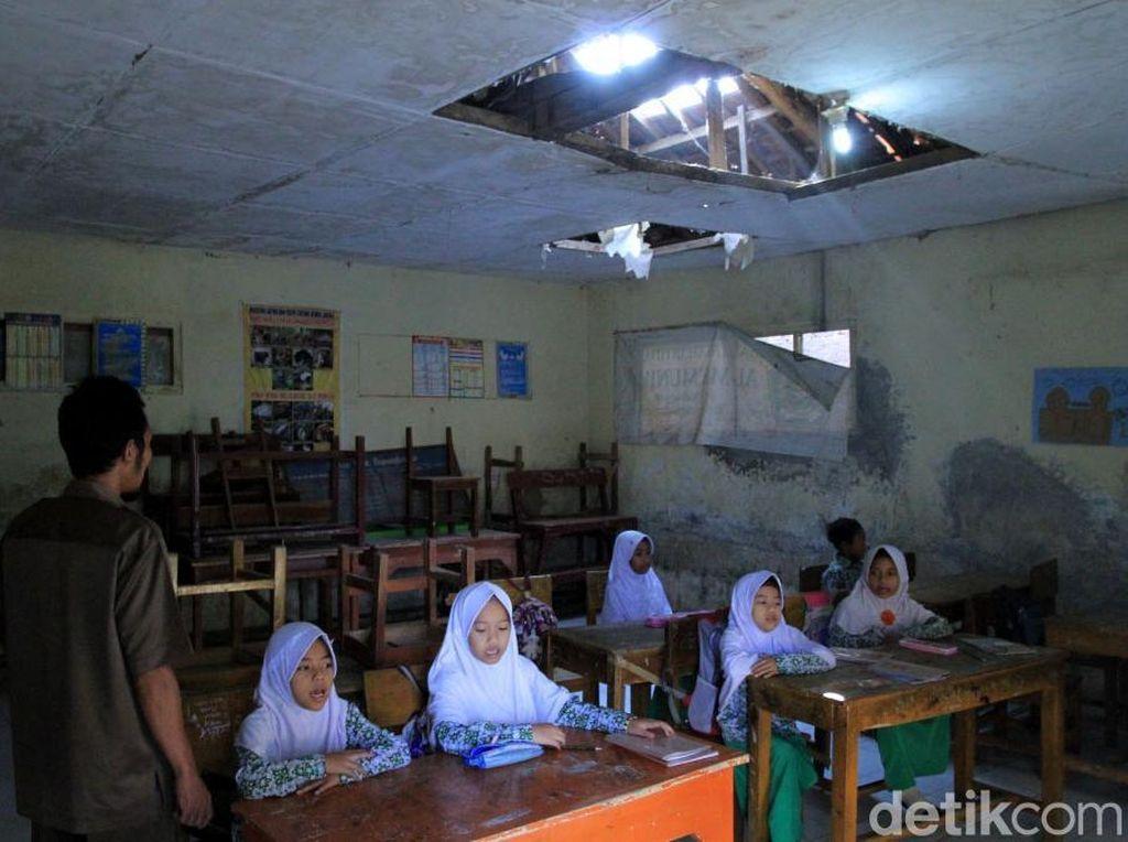 Sedih! Siswa-siswi Ini Belajar di Sekolah yang Rusak