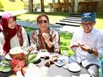 Yummy! Menteri Susi Pudjiastuti Ketagihan Makan Durian