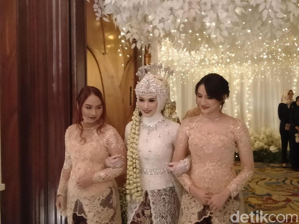 Cantiknya Melody Eks JKT48 Kenakan Kebaya Putih