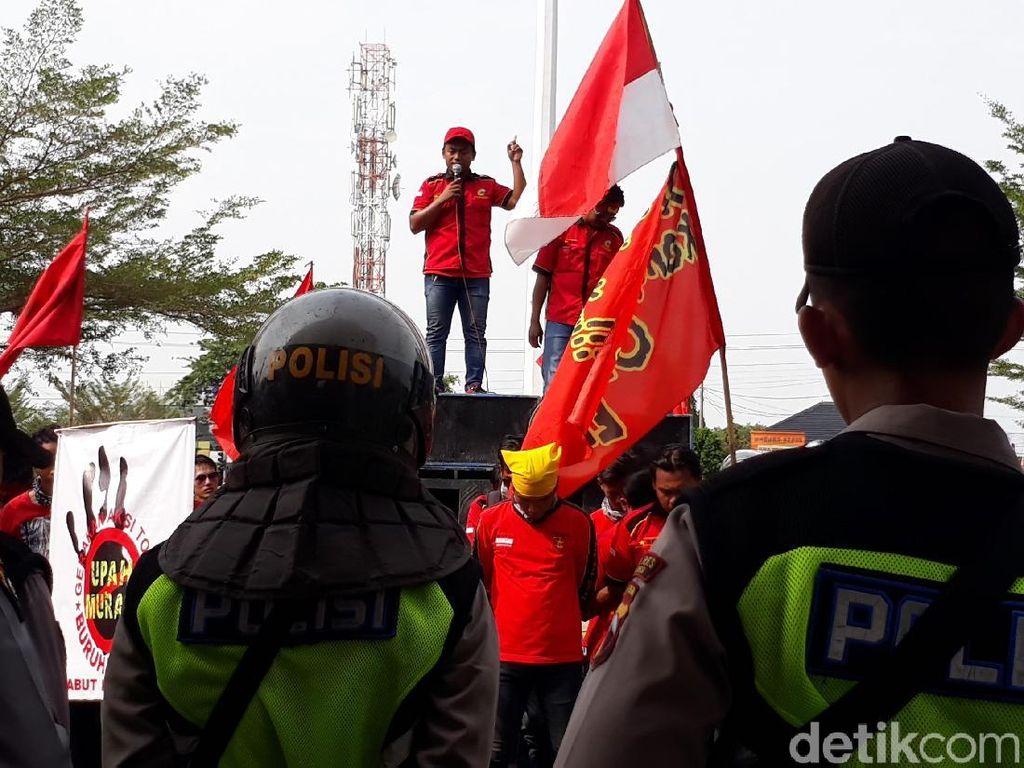 Buruh Datangi Pabrik-pabrik di Brebes Demo Tuntut UMK Naik 100%