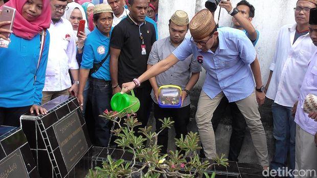 Ma'ruf Amin Bicara Al-Makiyun, Sandiaga ke Makam Kakek di Gorontalo