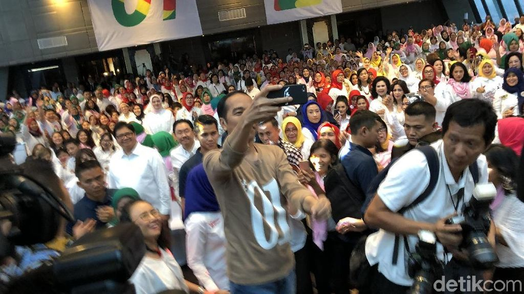 Gaya Jokowi Pakai Kaus 01 Hadiri Deklarasi Dukungan Caleg Perempuan