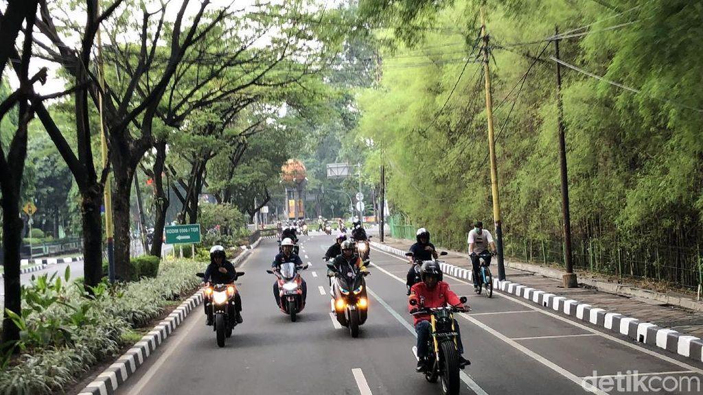 Foto: Jokowi Naik Motor ke Pasar