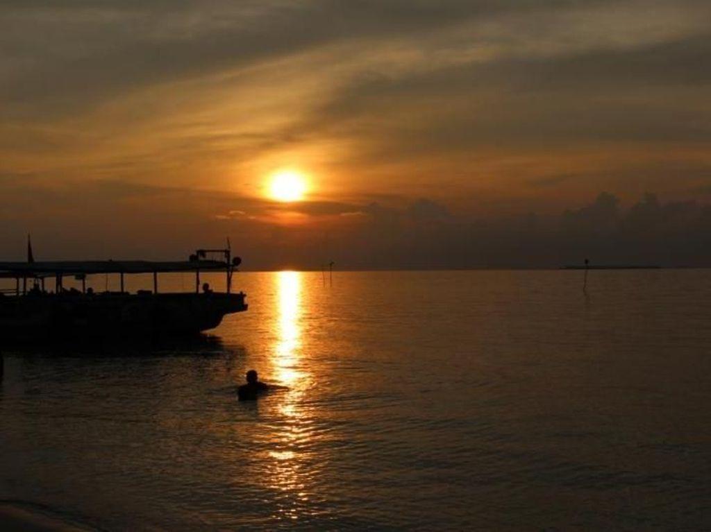 Sunset Terbaik dari Pantai Tanjung Gelam Karimunjawa