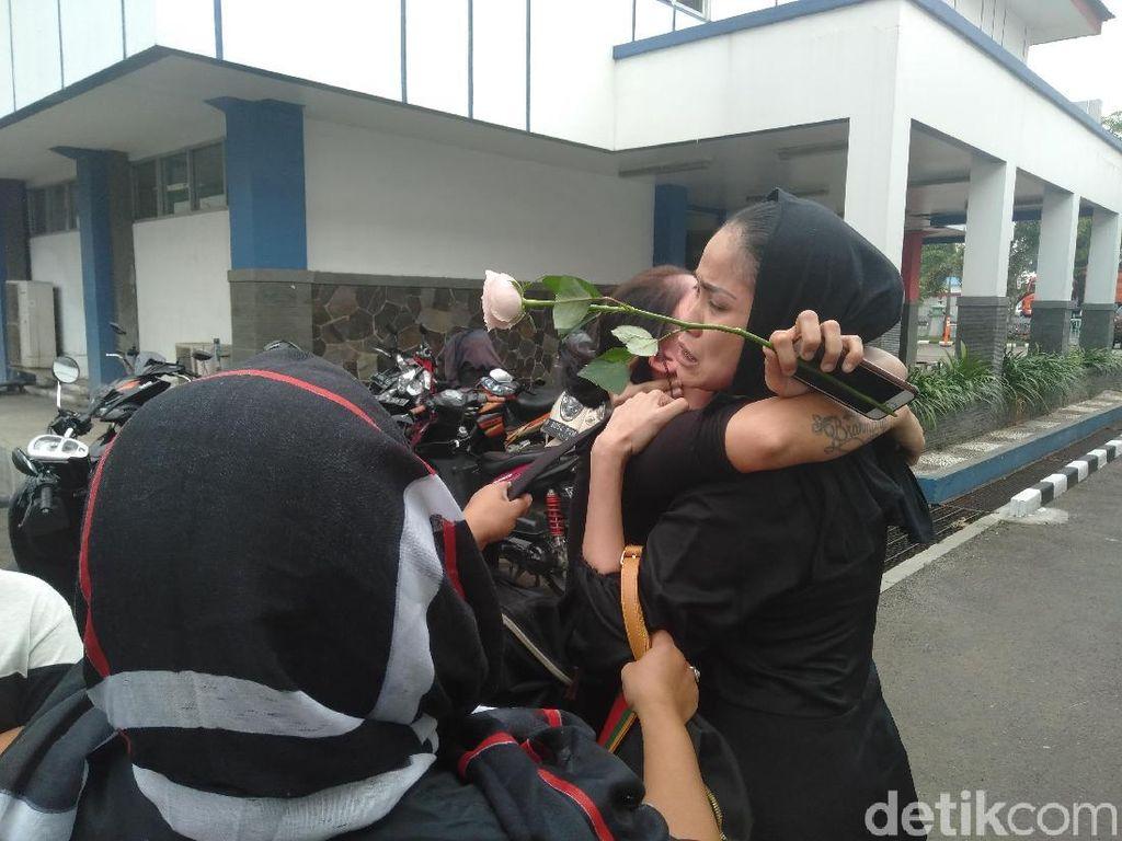 Tangis Kerabat Pretty Asmara Pecah saat Tiba di Rumah Sakit