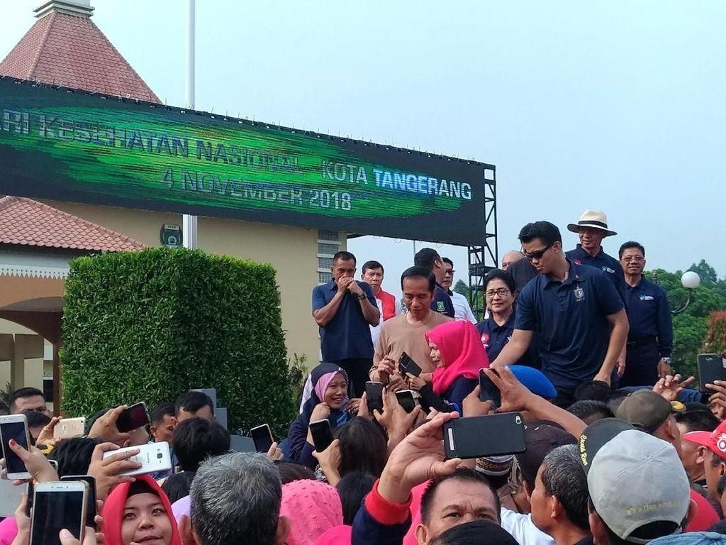 Senam Bersama di Tangerang, Jokowi Jadi Incaran Foto Emak-emak