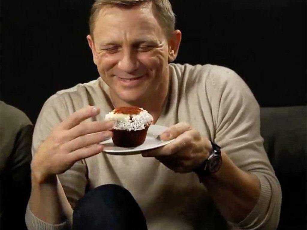 Aksi Daniel Craig, James Bond yang Suka Cupcake dan Keripik