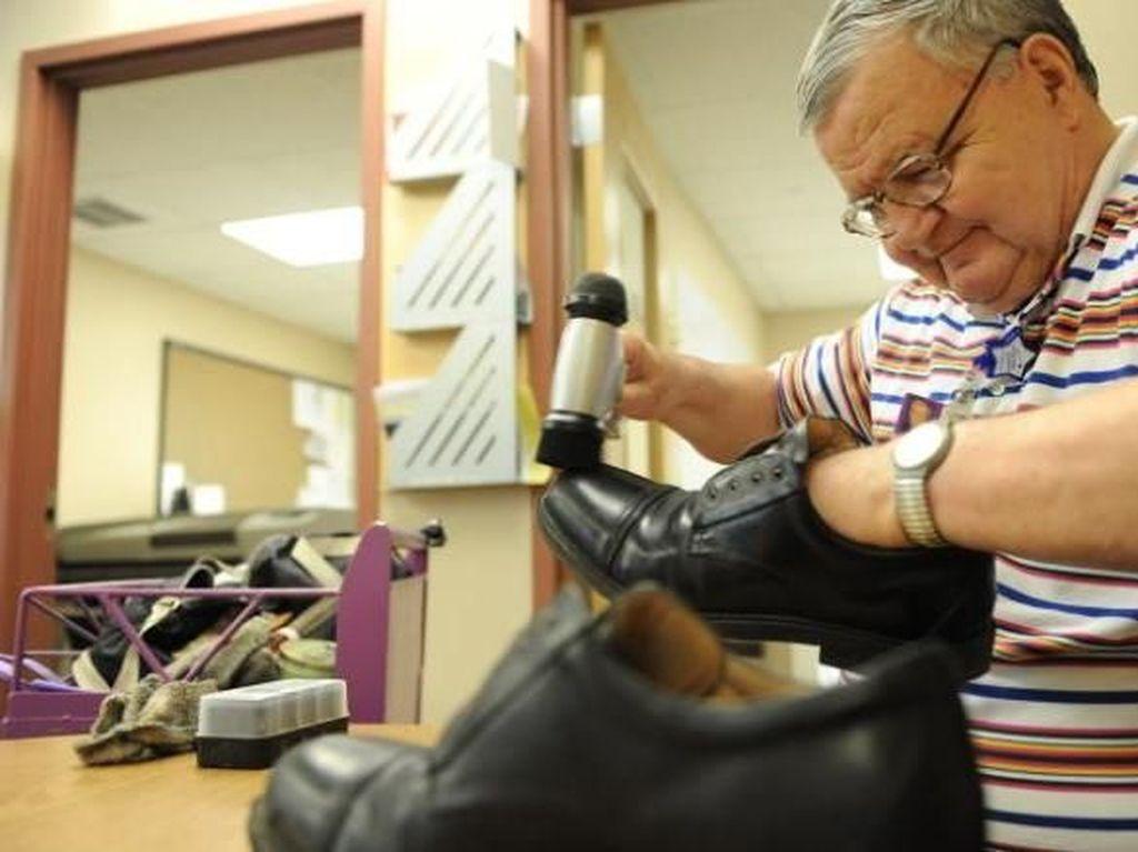Cerita Penyemir Sepatu 30 Tahun Kumpulkan Uang untuk Anak-anak Sakit