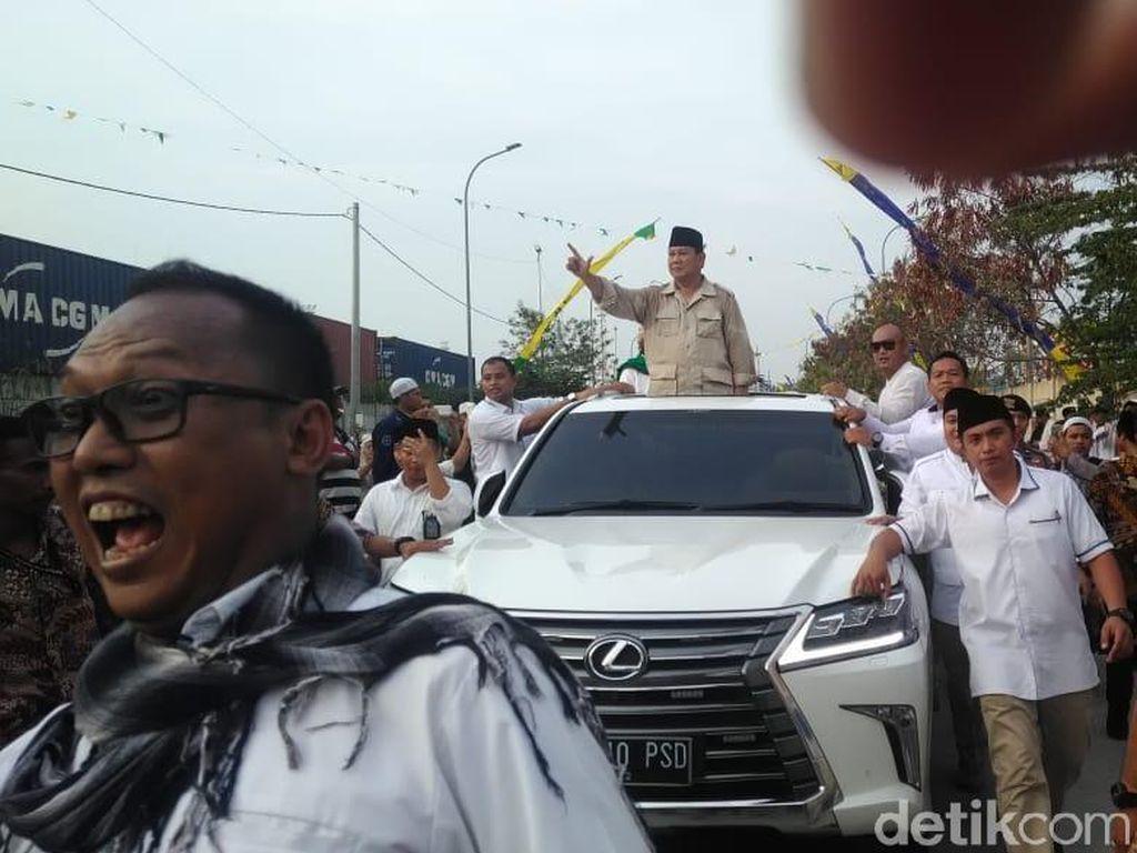 Potret Prabowo Sapa Warga dan Gendong Anak di Haul Mbah Priuk