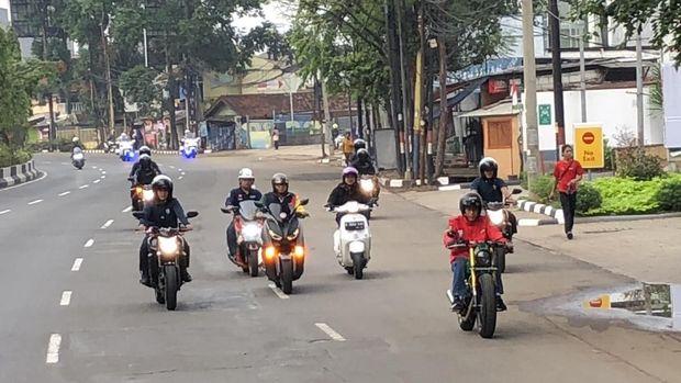 Jokowi mengendarai motor di Tangerang. (Foto: Ray Jordan/detikcom)