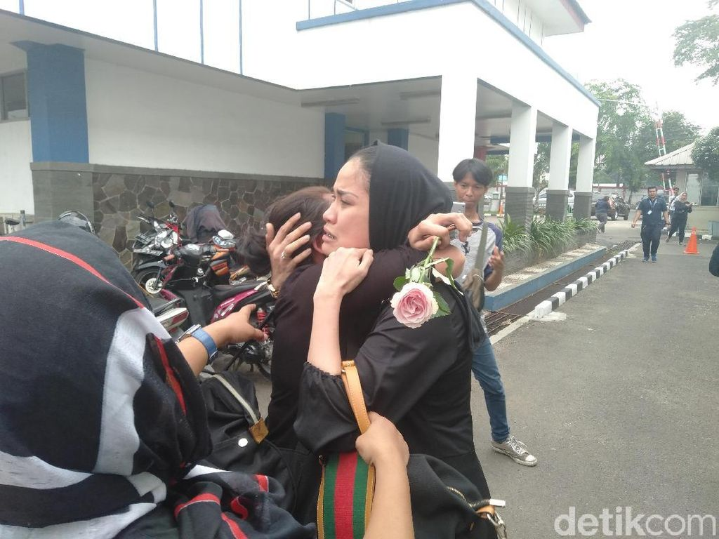 Sambangi RS Pengayoman, Kerabat Pretty Asmara Menangis Histeris
