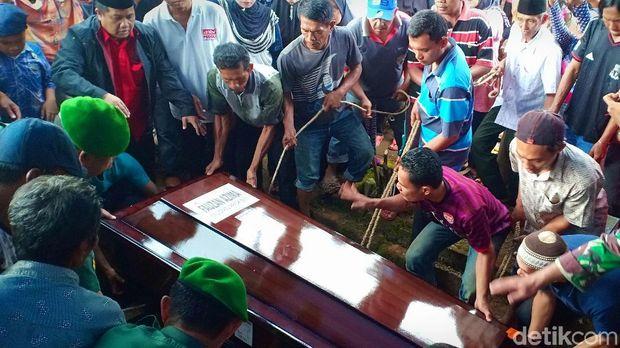 Orang Tua Korban Lion Air PK-LQP Pingsan saat Antar Jenazah Anaknya