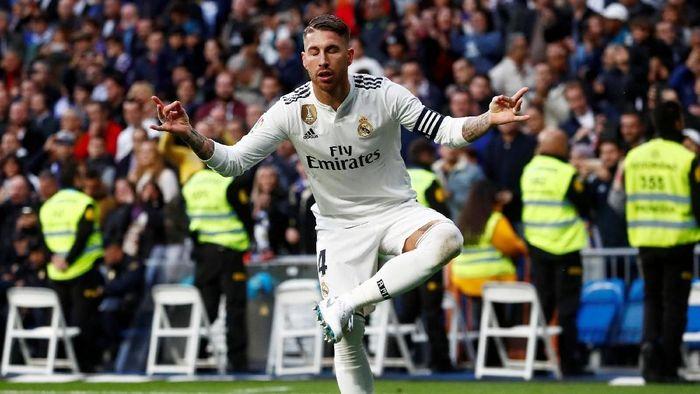 Sikutan Sergio Ramos bikin pemain Viktoria Plzen hidungnya berdarah (REUTERS/Juan Medina)
