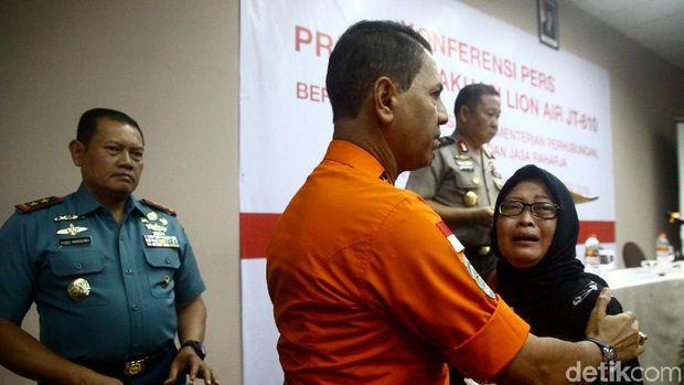 Kepala Basarnas menenangkan keluarga korban Lion Air /