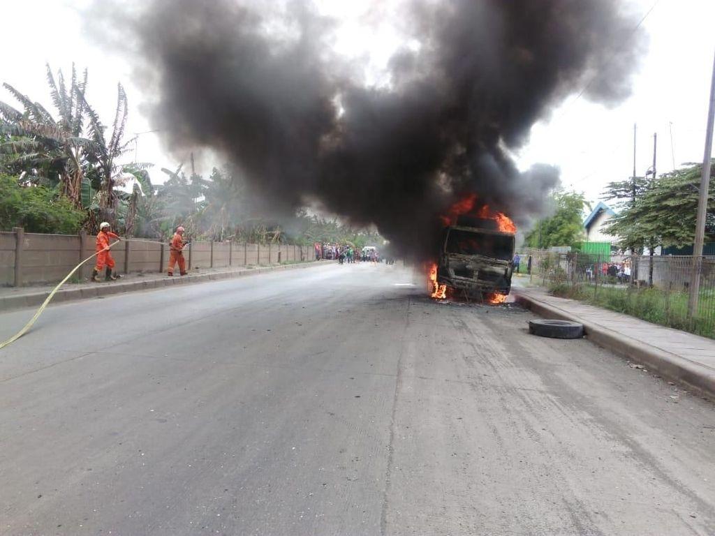 Truk Molen Terbakar di Cakung, Lalin Tersendat