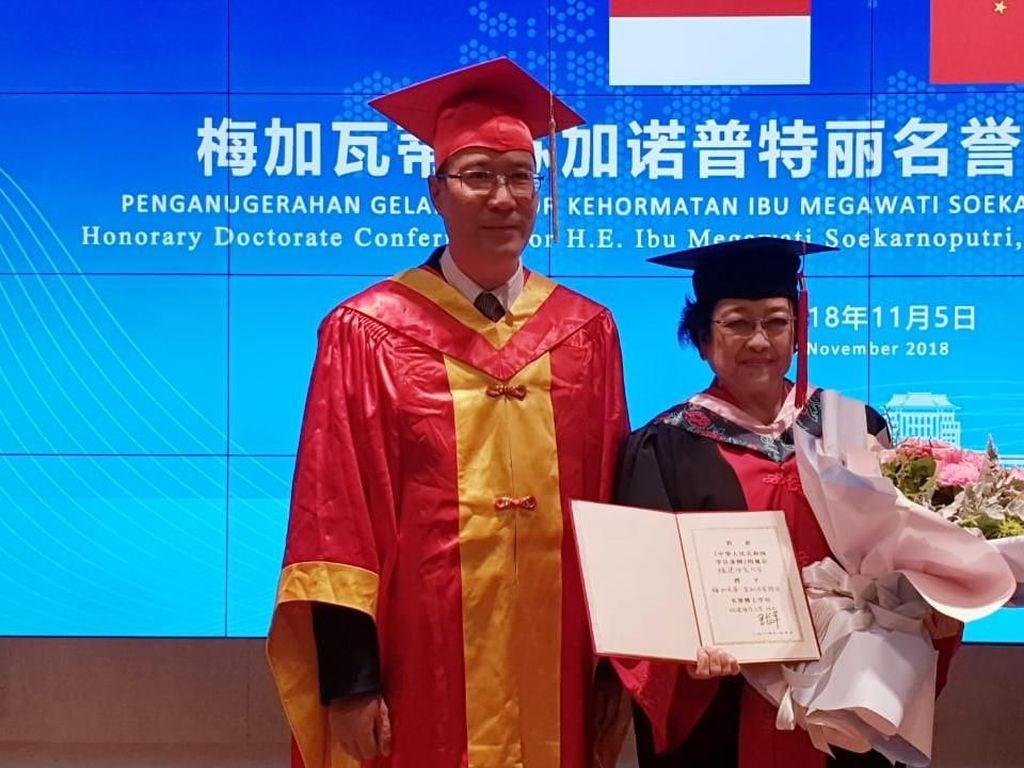 Video: Megawati Terima Gelar Doktor HC dari FNU China
