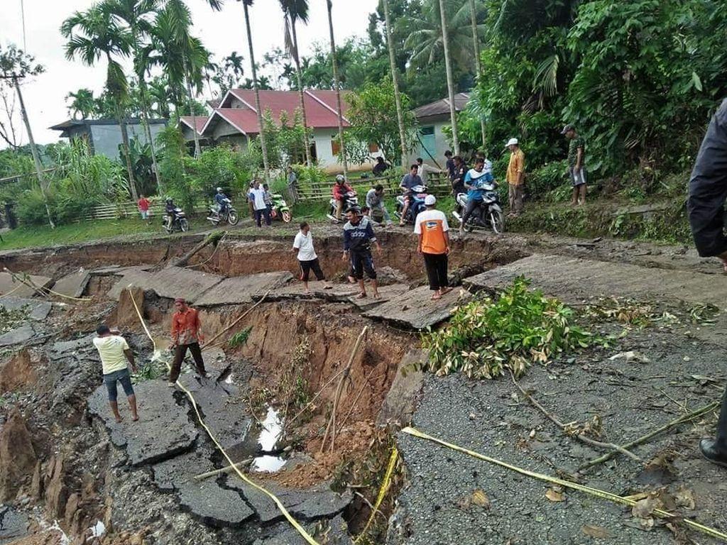 Banjir Sumbar, Jalan Sepanjang 75 Meter di Sijunjung Longsor