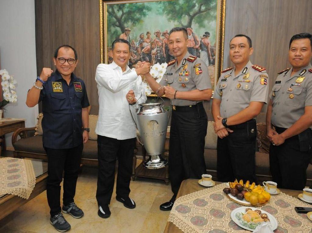 Dorong Taruna Akpol Berkualitas, Bamsoet Sumbang Piala Olahraga