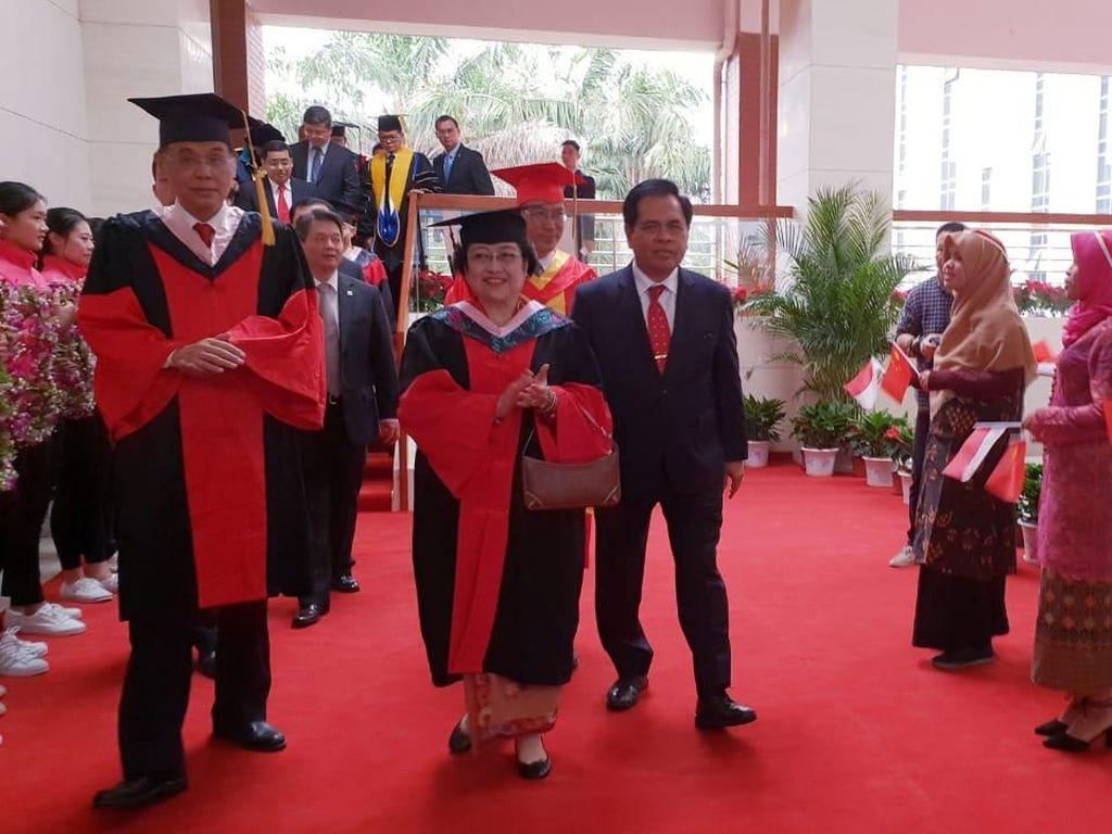 Megawati, 1965 Diisukan DO Kini 8 Kali Dapat Doktor Kehormatan
