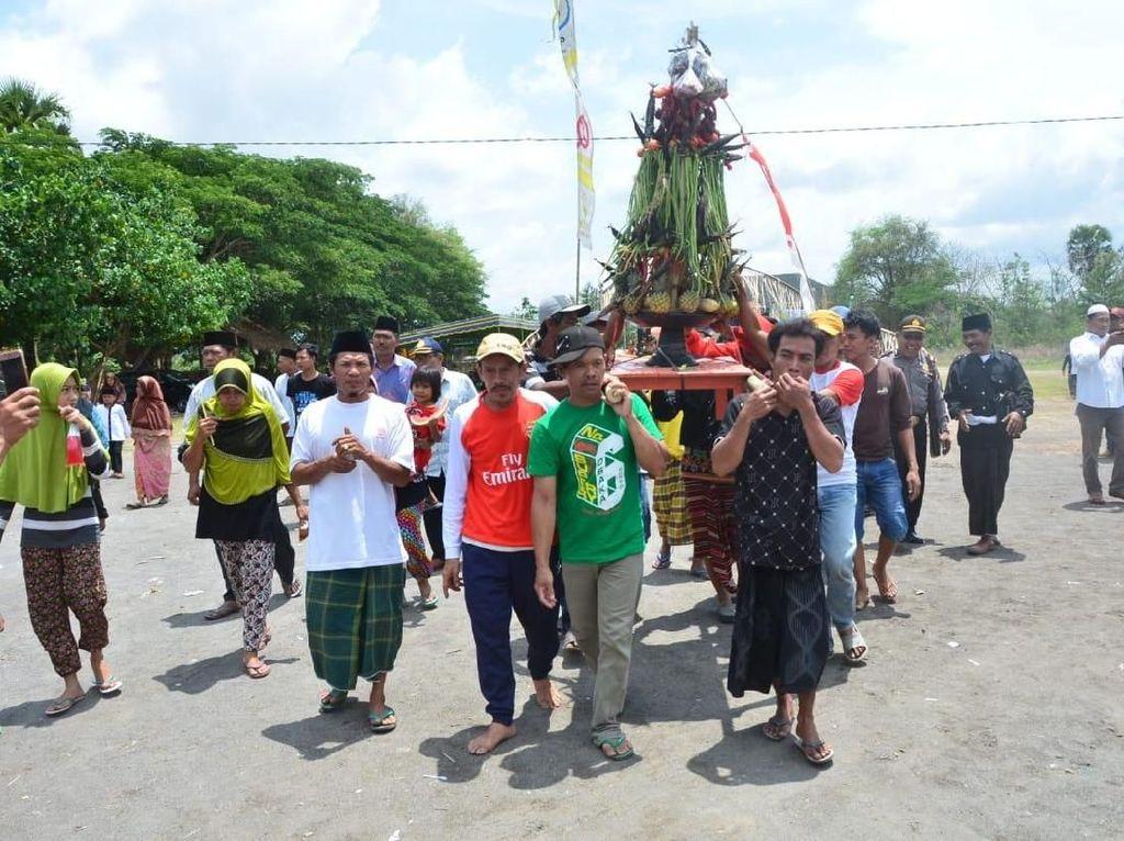 Foto: Tradisi Syukur Nelayan yang Unik di Lombok Barat