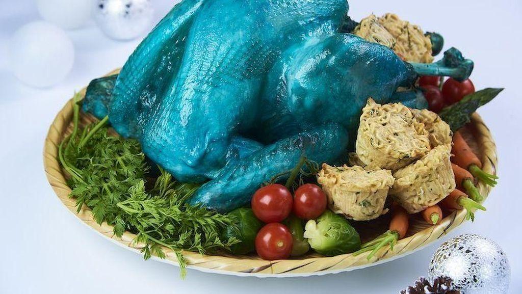 Unik! Restoran Ini Hidangkan Kalkun Biru yang Disajikan dengan Mie Instan