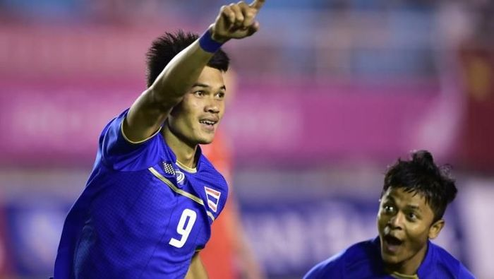 Adisak Kraisorn mencetak enam gol saat Timnas Thailand menang 7-0 atas Timor Leste di laga Grup B PIala AFF 2018. (Foto: Ed Jones/AFP)