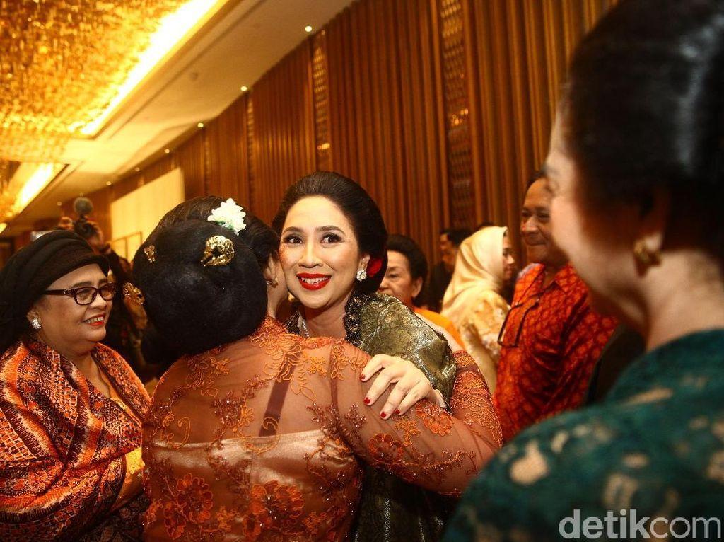 Potret Istri CT, Anita Tanjung Cantik dengan Sanggul di Ultah ke-50
