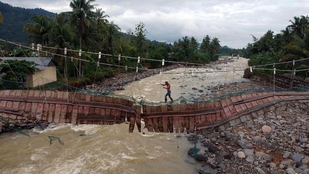 Ngeri! Warga Nekat Melintasi Jembatan Rusak di Padang