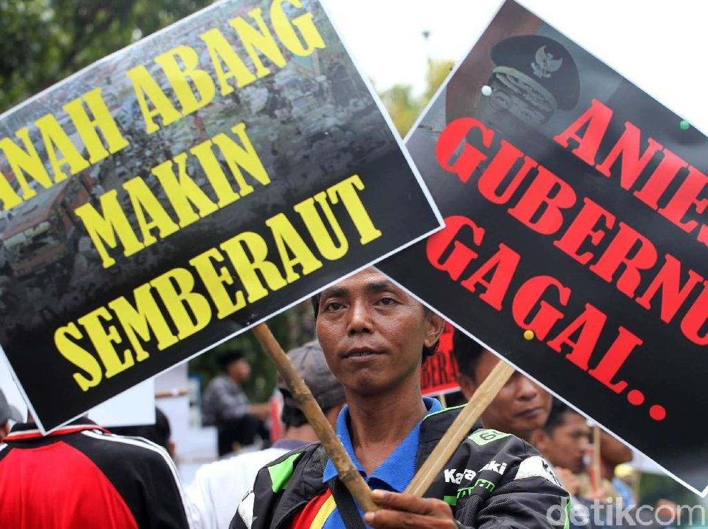 Massa Demo Anies di Depan Balai Kota DKI Jakarta
