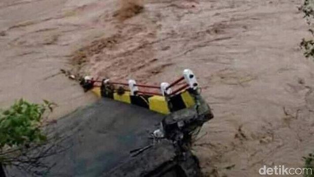 Banjir Bandang Terjang Tiga Kecamatan di Tasikmalaya