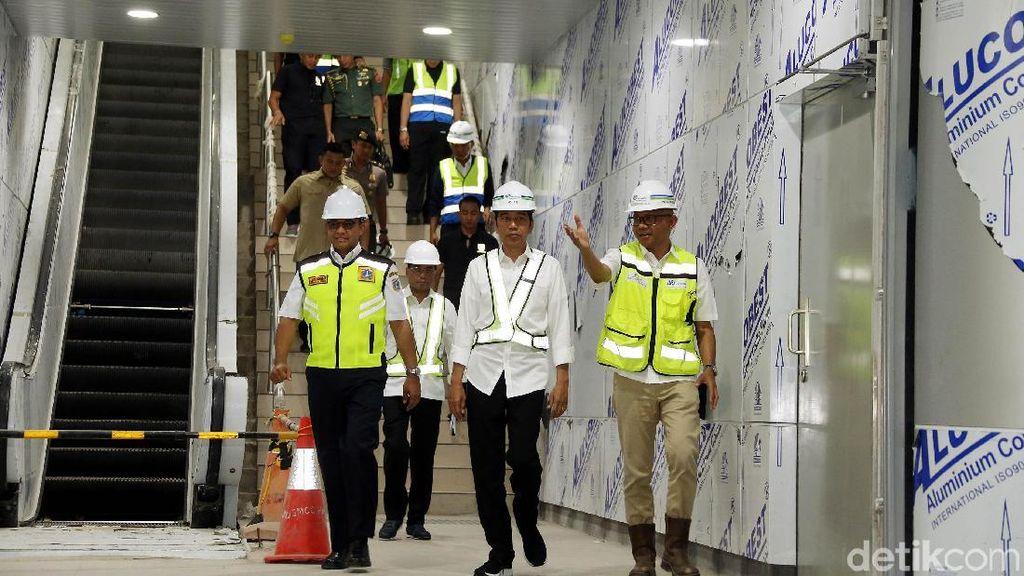 Gaya Jokowi Jajal MRT Pertama Kali
