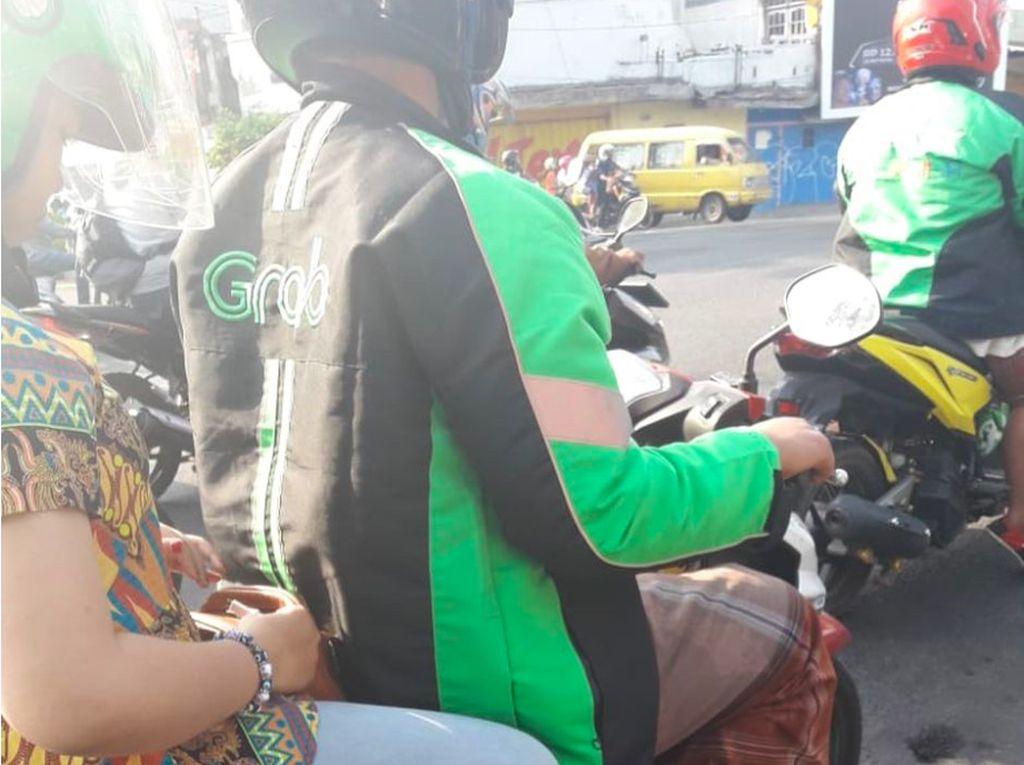 Driver Ojol Ini Lupa Ganti Celana Demi Narik